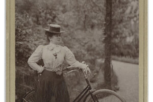 Nemecká herečka Mária Bárkány bola vzdialenou príbuznou Eugena Bárkánya. Celý život žila a pracovala v zahraničí, najmä vo Viedni a v Berlíne, presadila sa aj v Paríži. Rodinne však zostala spätá s Košicami, kde okrem iného vystúpila na charitatívnom koncerte. V Petrohrade v roku 1882, kde vystupovala nielen Bárkány, ale aj slávna francúzska herečka Sarah Bernhardt, divadelná kritika Máriu Bárkány prirovnávala k francúzskej kolegyni, dokonca ju považovala za lepšiu.
