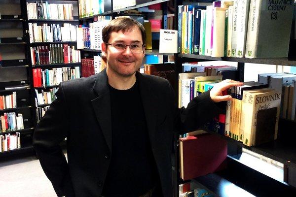 Tomáš Pružinec (1972) – Filozofiu, teológiu a sociológiu študoval na Slovensku, vo Francúzsku a Švajčiarsku. Prednáša na Filozofickej fakulte Univerzity Konštantína Filozofa v Nitre. Špecializuje sa na dejiny francúzskej filozofie, dejiny sociálnej filozofie a sociológie a na personalistickú filozofiu. Je autorom viacerých monografií.