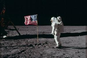 V hre si z Armstrongovho pohľadu pozriete aj to, ako Buzz Aldrin salutoval americkej vlajke.
