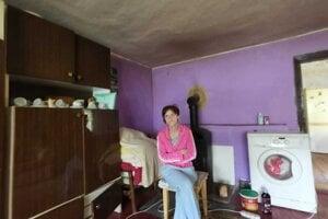 Katarína Kurillová, perie s obavami, aby ju nekopla elektrina.