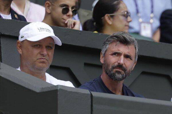 Marián Vajda a Goran Ivaniševič sledujú zápas Novaka Djokoviča proti Philipovi Kohlschreiberovi v prvom kole Wimbledonu.