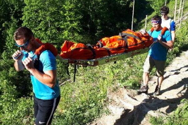 Po zafixovaní končatiny bola pacientka transportovaná za pomoci nosidiel Kong do ústia rokliny ku terénnemu vozidlu HZS.