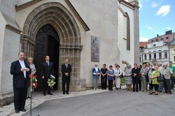 Chrám sv. Jakuba. Vpravo členovia miestneho združenia politických väzňov.