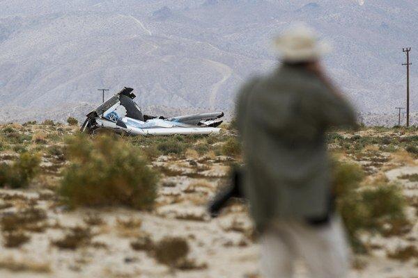 SpaceShipTwo sa zrútila pri teste v Mohavskej púšti. Jeden pilot nehodu neprežil, druhý sa katapultoval a je zranený.