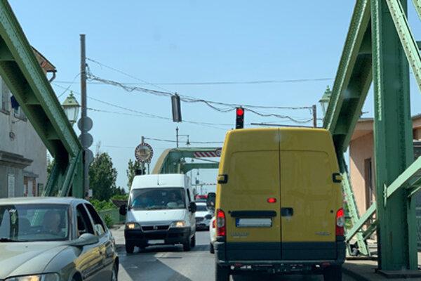 Semafor na moste medzi Komárnom a Komáromom.
