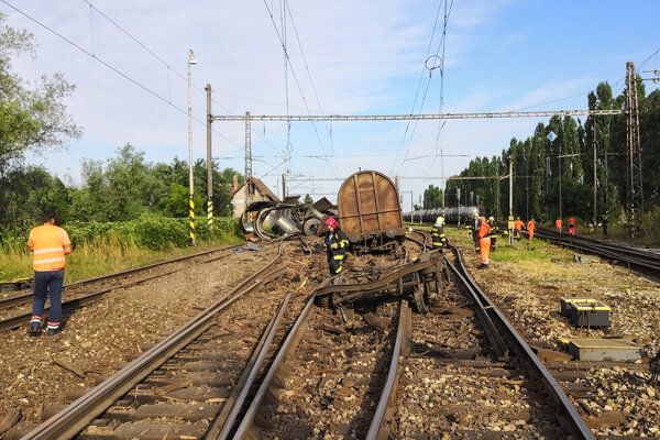 Vykoľajený vlak v Trnovci nad Váhom.