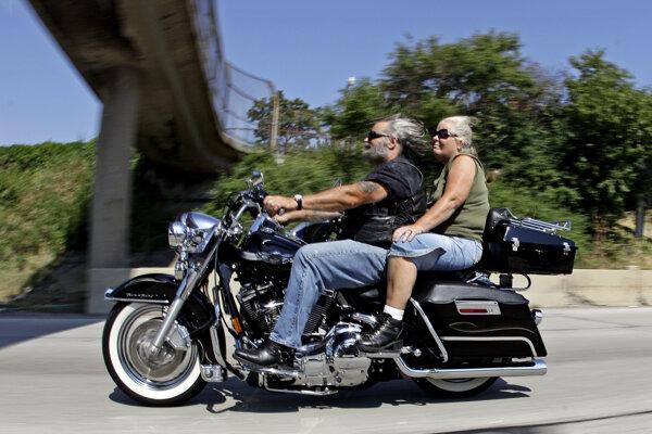 Ikonická motorka Harley-Davidson.