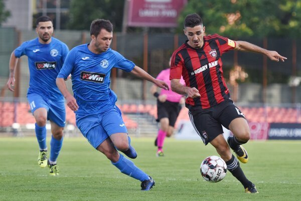 Marko Tešija (vpravo) a Pavle Sušič v zápase 1. predkola Európskej ligy FK Radnik Bijeljina - FC Spartak Trnava.