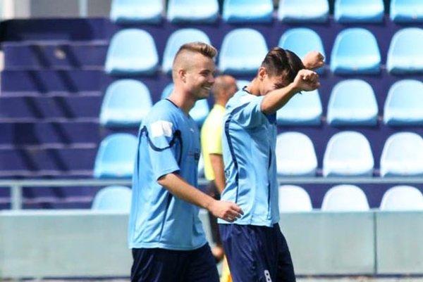 Andrej Hnilica (vľavo) strelil jediný gól stretnutia Čeľadice - FC Nitra jun., vpravo Adam Barborík.