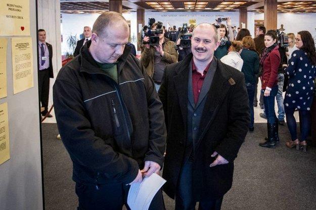 Kotlebov poslanec Peter Krupa prišiel do parlamentu so zbraňou.