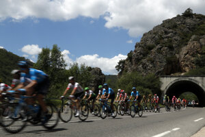 Peter Sagan a cyklisti na trase 9. etapy Tour de France 2019.