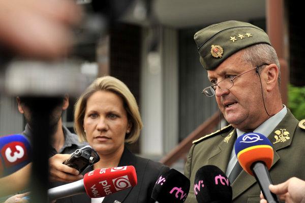 Zástupca náčelníka Generálneho štábu Ozbrojených síl SR Peter Gajdoš shovorkyňou ministra obrany Martinou Ballekovou počas brífingu khavárii vojenského vrtuľníka na východnom Slovensku koncom júla 2015.