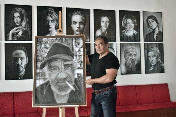 Milan Berky vo výstavnom priestore, ktorý mu poskytla miestna samospráva v priestoroch Mestského úradu.