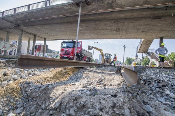 Rekonštrukcia električkovej trate z Karlovej Vsi do Dúbravky.