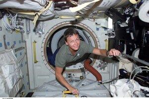 Astronautka Peggy Whitsonová na ISS v roku 2002.
