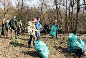 Rybári vyčistili aj tento rok potok Chvojnica.