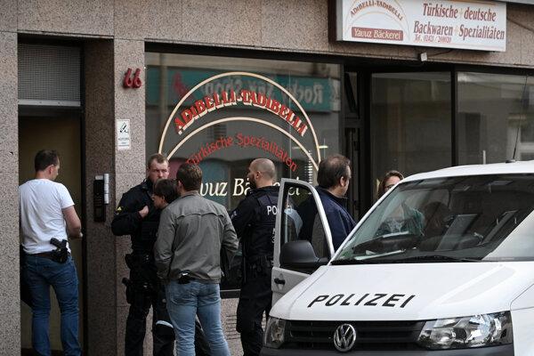 Policajti počas razie proti islamistom v meste Düren.