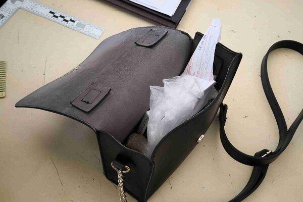 Drogy mala ukryté v kabelke.