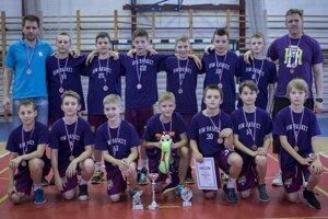 Družstvo RIM Basket Košice do 12 rokov, ktoré na majstrovstvách Slovenska získalo bronzové medaily. Richard Mišinský vhornom rade vľavo, Róbert Nuber vhornom rade vpravo.