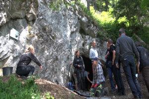 Spoločný slovensko - poľský tím pri jaskyni Hučivá diera.