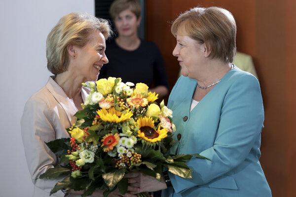 Nemecká kancelárka Angela Merkelová gratuluje budúcej predsedníčka Európskej komisie Ursule von der Leyenovej.