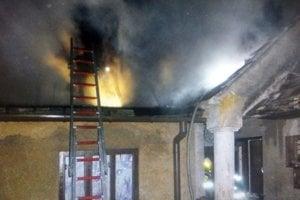 Požiar strechy v Trstíne.