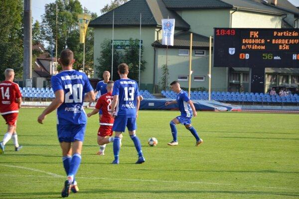 Dubničan Vaculík (vpravo v modrom) tesne pred gólovou strelou.