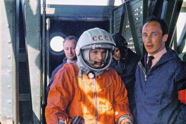 Slávna fotografia, na ktorej Ivanovskij vyprevádza Gagarina na jeho nezabudnuteľný let.