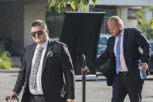 Advokáti Mariana Kočnera Martin Pohovej (vpravo) a Michal Mandzák prichádzajú na súd.