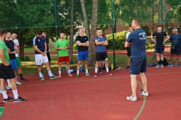 Tréner Marek Bozsóky privítal hráčov n aprvom tréningu.