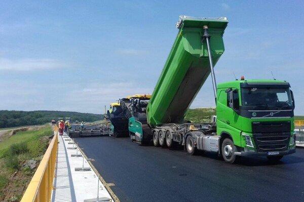 Denne pribúdajú stovky metrov asfaltu.