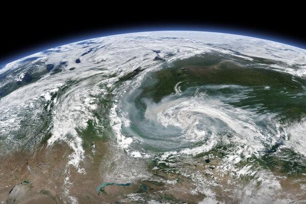 Požiare v ruskej Arktíde a Sibíri vidno na pravej časti družicového záberu. Z nich sa tiahne dym smerom do stredu snímky.