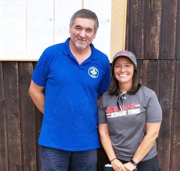 Vrchný rozhodca turnaja Pavel Matuščín so skautkou Mary z USA.