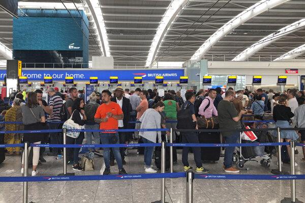 Cestujúci na londýnskom letisku Heathrow.
