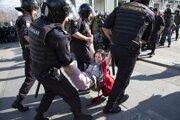 Počas jedného z najväčších potlačení protestov zatkla polícia v Moskve vyše tisíc ľudí.