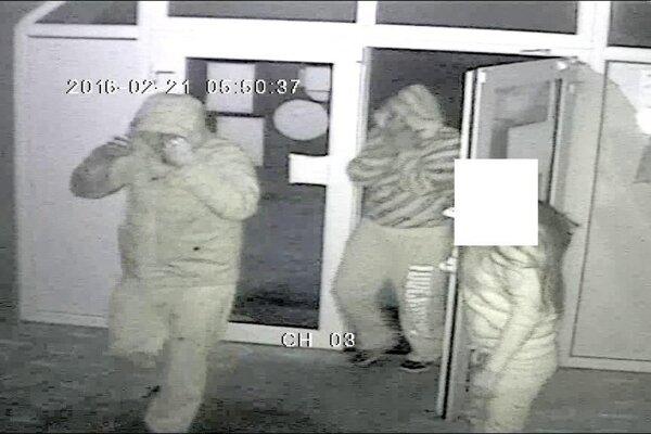 Takto vošli páchatelia ešte vo februári do herne v Banskej Bytrici.