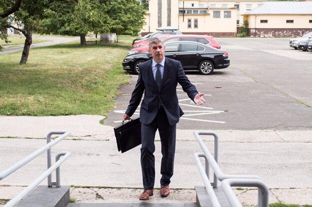 Bývalý riaditeľ televízie Markíza Vladimír Repčík prichádza na súd.