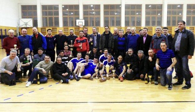 Účastníci piateho ročníka zlatomoravskej nohejbalovej ligy.