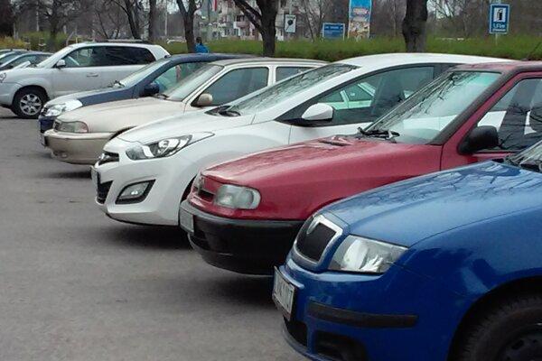 Motoristi budú mať v Leviciach viac miesta na zaparkovanie.
