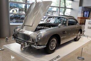 Špeciálne upravený automobil agenta Jej Veličenstva Jamesa Bonda Aston Martin DB5.
