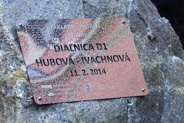 Pamätná tabuľa na základnom kameni pripomínajúca začatie výstavby diaľničného úseku D1 Hubová - Ivachnová v Ružomberku 11. februára 2014.
