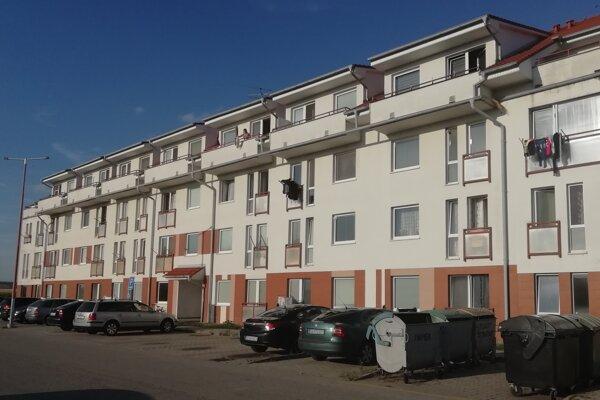 Bytovka so sociálnymi bytmi na Sotinskej bola postavená medzi prvými v Senici zo Štátneho fondu rozvoja bývania.