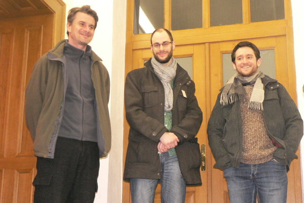 Zľava kurátor Norbert Lacko, autor Rastislav Podhorský a Omar Mirza z Nitrianskej galérie.