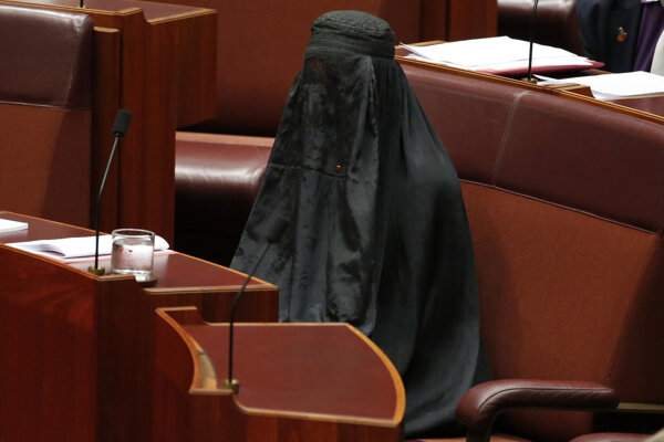 Ako vyzerá žena v burke, názorne predviedla v roku 2017 Pauline Hansonová, senátorka za antiimigračnú stranu One Nation, v austrálskom parlamente.