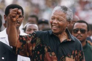 Nelson Mandela zdraví zaťatou päsťou, symbolom oslobodeneckého hnutia.