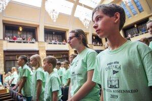 Študenti 17. ročníka Detskej Univerzity Komenského počas slávnostnej imatrikulácie 3. júla 2019 v Bratislave.