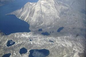 Letecký záber na jazerá vytvorené z vody z roztopených ľadovcov na okraji ľadovej čapice v Nunatarssuk.