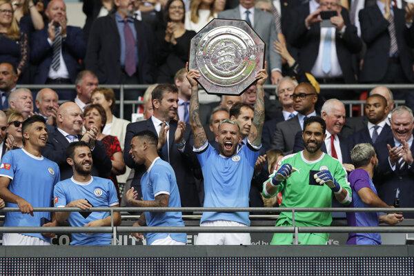 Radosť hráčov Manchestru City s trofejou anglického superpohára FA Community Shield 2019 po výhre nad FC Liverpool.