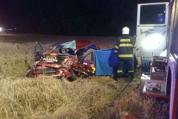 Vodička ostala zakliesnené v zdemolovanom aute.