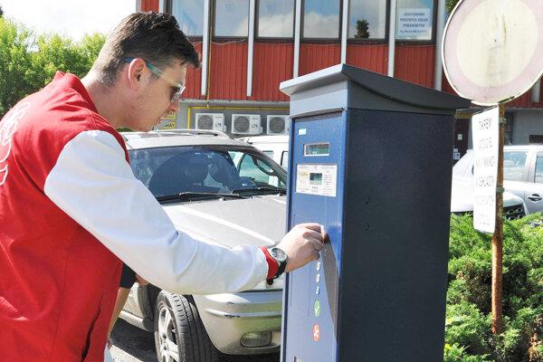 Platené parkovanie je zavedené v troch oravských mestách.